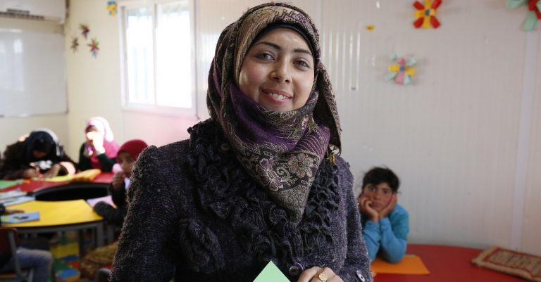 """<p>Symbolbild (&#8222;Zahra, a teacher from Syria&#8220;): DFID &#8211; UK Department for International Development via <a href=""""https://www.flickr.com/photos/dfid/32553727112"""">Flickr</a> [<a href=""""https://creativecommons.org/licenses/by/2.0/"""">CC BY 2.0</a>]</p>"""