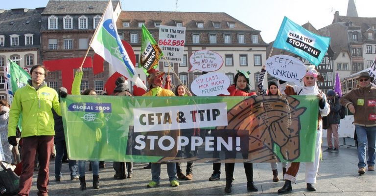 "<p>Symbolbild: flickr; GLOBAL 2000- <a href=""https://www.flickr.com/photos/global2000/32760744022"">CETA-Abstimmung in Straßburg</a> <a href=""https://creativecommons.org/licenses/by-nd/2.0/"">[CC BY-ND 2.0]</a></p>"