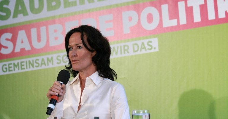 """<p>Symbolbild Glawischnig: Manfred Werner &#8211; Tsui via <a href=""""https://commons.wikimedia.org/wiki/File:Eva_Glawischnig_Wahlkampfauftakt_Grüne_Nationalratswahl_2013_Österreich_3.jpg"""">Wikimedia Commons</a>[<a href=""""https://creativecommons.org/licenses/by-sa/3.0/deed.en"""">CC BY-SA 3.0</a>]</p>"""