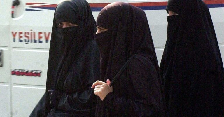 "<p>Symbolbild (Niqab): Marcello Casal Jr / Agência Brasil via <a href=""https://commons.wikimedia.org/wiki/File:Niqab.jpg"">Wikimedia Commons</a> [<a href=""https://creativecommons.org/licenses/by/3.0/br/deed.en"">CC BY 3.0 BR</a>]</p>"