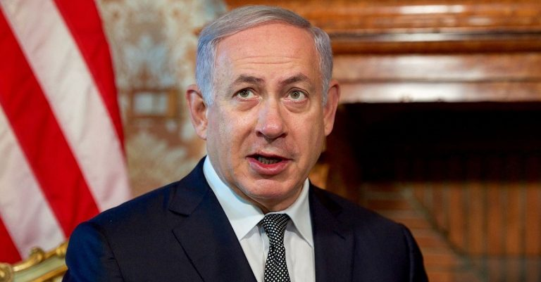 """<p>By U.S. Department of State from United States (Israeli PM Netanyahu Addresses Reporters) [Public domain], <a href=""""https://commons.wikimedia.org/wiki/File%3AIsraeli_PM_Netanyahu_Addresses_Reporters_(27830918172).jpg"""">via Wikimedia Commons</a> [Bild zugeschnitten]</p>"""