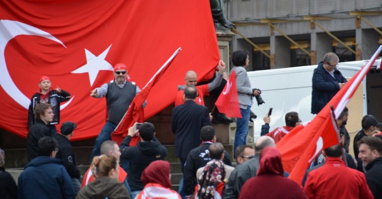 "<p>Symbolbild (Türkische Demonstration in Frankfurt/Main 2016): opposition24.de via <a href=""https://www.flickr.com/photos/128406688@N07/25753821174/in/album-72157666941343256/"">Flickr</a> [<a href=""https://creativecommons.org/licenses/by/2.0/"">CC BY 2.0</a>]</p>"