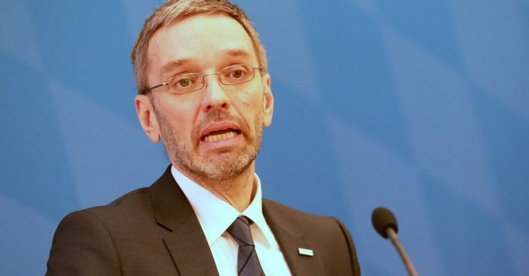 "<p>Bild (Herbert Kickl 2018): Michael Lucan via <a href=""https://commons.wikimedia.org/wiki/File:2018-02-15_Herbert_Kickl_FPÖ_8794.JPG"">Wikimedia Commons</a> [<a href=""https://creativecommons.org/licenses/by-sa/3.0/de/legalcode"">CC BY-SA 3.0</a>]</p>"