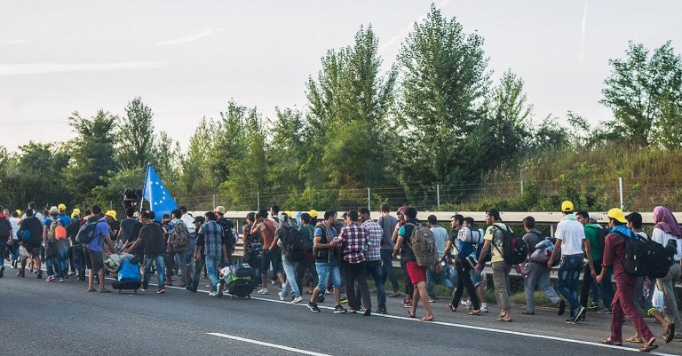 "<p>Symbolbild: Migranten 2015 in Ungarn / Joachim Seidler / photog_at via <a href=""https://www.flickr.com/photos/67820677@N07/21152490761"">FFlickr</a> [<a href=""https://creativecommons.org/licenses/by/2.0/"">CC BY 2.0</a>]</p>"