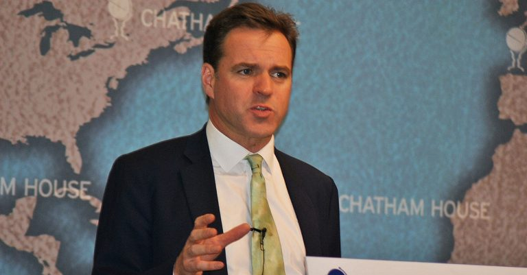 "<p>By Chatham House (Flickr: Niall Ferguson) [<a href=""https://creativecommons.org/licenses/by/2.0"">CC BY 2.0</a>], <a href=""https://commons.wikimedia.org/wiki/File:Niall_Ferguson_-_Chatham_House_2011.jpg"">via Wikimedia Commons</a> [Bild zugeschnitten]</p>"