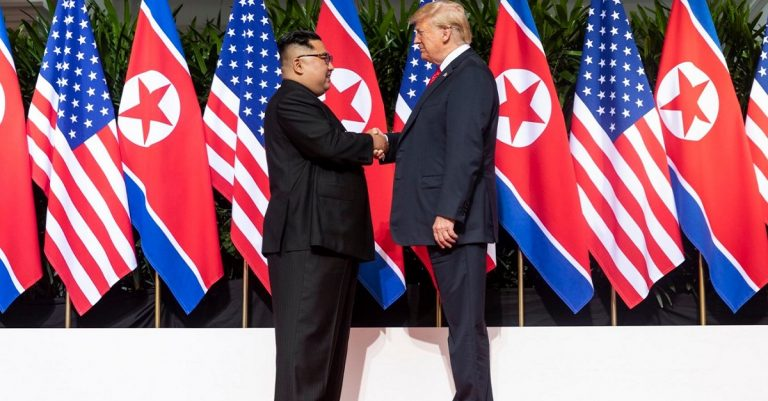 "<p>Bild: Dan Scavino Jr. via <a href=""https://upload.wikimedia.org/wikipedia/commons/a/ab/Kim_and_Trump_shaking_hands_at_the_red_carpet_during_the_DPRK–USA_Singapore_Summit.jpg"">Wikimedia Commons</a> [CC0]</p>"