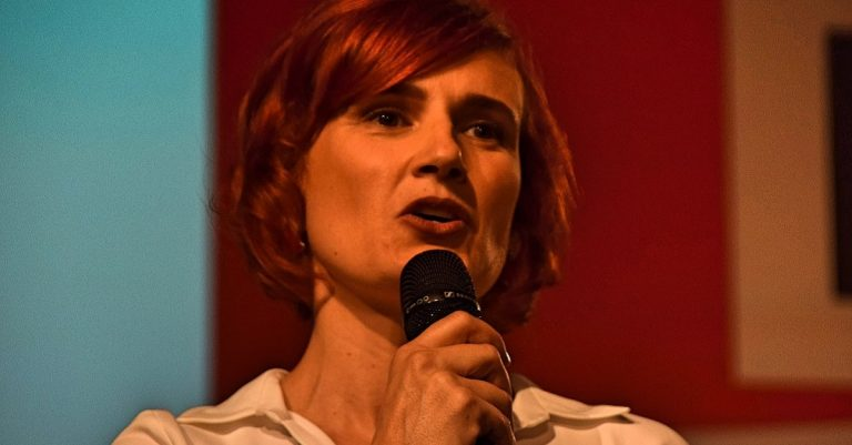 """<p>Katja Kipping: von Jenny Paul [<a href=""""https://creativecommons.org/licenses/by-sa/4.0"""">CC BY-SA 4.0</a>], <a href=""""https://commons.wikimedia.org/wiki/File:2017-09-24_Katja_Kipping_by_Jenny_Paul_-_(02).jpg"""">vom Wikimedia Commons</a> (Bild zugeschnitten)</p>"""
