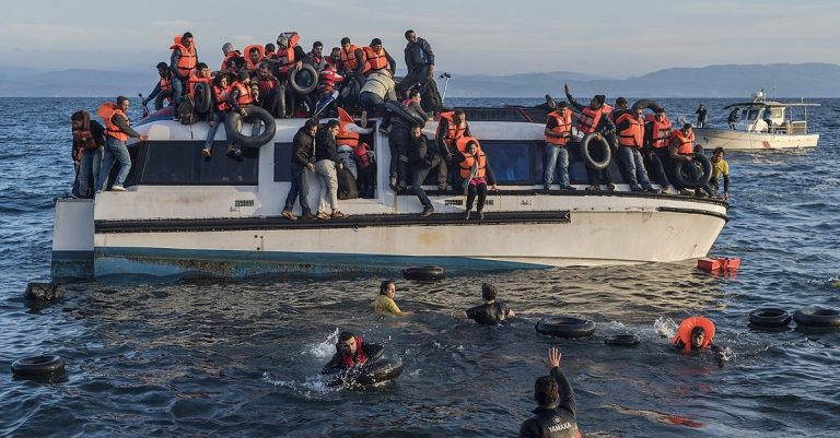 """<p>Symbolbild (Migranten vor Lesbos, 2015): Ggia via <a href=""""https://en.wikipedia.org/wiki/File:20151030_Syrians_and_Iraq_refugees_arrive_at_Skala_Sykamias_Lesvos_Greece_2.jpg"""">Wikimedia Commons</a> [<a href=""""https://creativecommons.org/licenses/by-sa/4.0/deed.en"""">CC BY-SA 4.0</a>] [Bild zugeschnitten]</p>"""