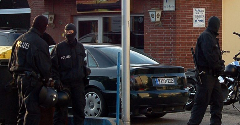 "<p>Symbolbild Polizeieinsatz: By Huhu Uet [<a href=""http://www.gnu.org/copyleft/fdl.html"">GFDL</a> or <a href=""https://creativecommons.org/licenses/by/3.0"">CC BY 3.0</a>], <a href=""https://commons.wikimedia.org/wiki/File:Uetersen_SEK_Einsatz_04.jpg"">from Wikimedia Commons</a></p>"