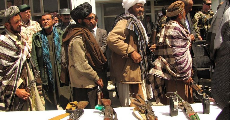 """<p>Symbolbild (Waffenrückgabe durch Ex-Taliban-Kämpfer 2012): isafmedia via <a href=""""https://commons.wikimedia.org/wiki/File:Former_Taliban_fighters_return_arms.jpg"""">Wikimedia Commons</a> [<a href=""""https://creativecommons.org/licenses/by/2.0/deed.en"""">CC BY 2.0</a>]</p>"""
