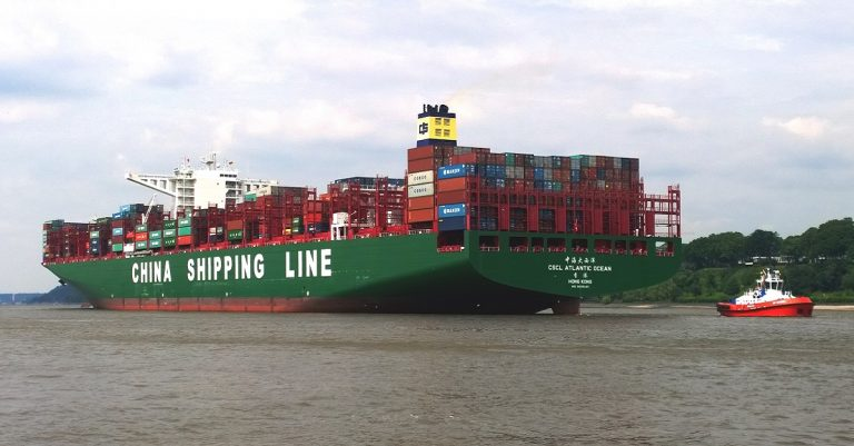 """<p>Symbolbild (Chinesisches Frachtschiff): Hummelhummel via <a href=""""https://de.wikipedia.org/wiki/China_Shipping_Container_Lines#/media/File:Containership_CSCL_Atlantic_Ocean_with_stern_tug_Kotug_Boxer_on_the_way_down_the_river_Elbe_in_June_2015.jpg"""">Wikimedia Commons</a> [<a href=""""https://creativecommons.org/licenses/by-sa/3.0/"""">CC BY-SA 3.0</a>]</p>"""