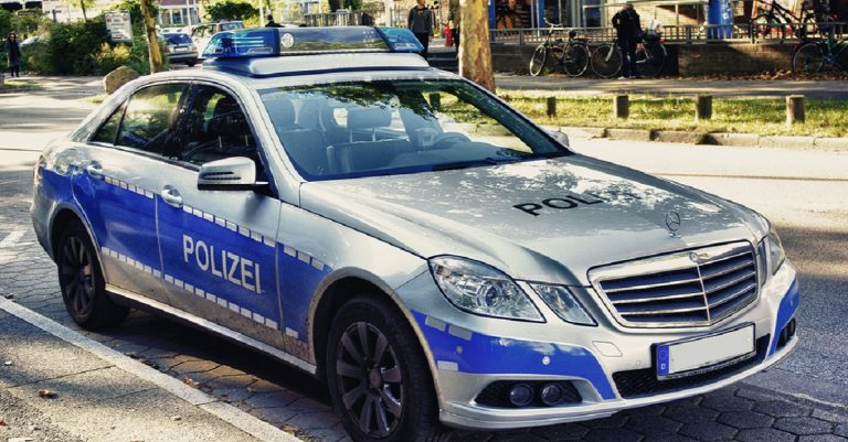 "<p>By OlliFoolish [<a href=""https://creativecommons.org/licenses/by-sa/3.0"">CC BY-SA 3.0 </a>], <a href=""https://commons.wikimedia.org/wiki/File:Mercedes_Benz_W_212_Polizei_Hamburg.jpg"">from Wikimedia Commons</a> [Bild zugeschnitten]</p>"