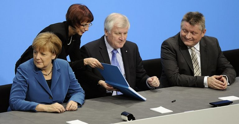 "<p> Unterzeichnung des Koalitionsvertrages der 18. Wahlperiode des Bundestages. Angela Merkel, Horst Seehofer, Hermann Gröhe. /Martin Rulsch, Wikimedia Commons, CC-by-sa 4.0 [<a href=""https://creativecommons.org/licenses/by-sa/4.0"">CC BY-SA 4.0</a> or <a href=""https://creativecommons.org/licenses/by-sa/3.0/de/deed.en"">CC BY-SA 3.0 de</a>], <a href=""https://commons.wikimedia.org/wiki/File:Unterzeichnung_des_Koalitionsvertrages_der_18._Wahlperiode_des_Bundestages_(Martin_Rulsch)_090.jpg"">from Wikimedia Commons</a></p>"