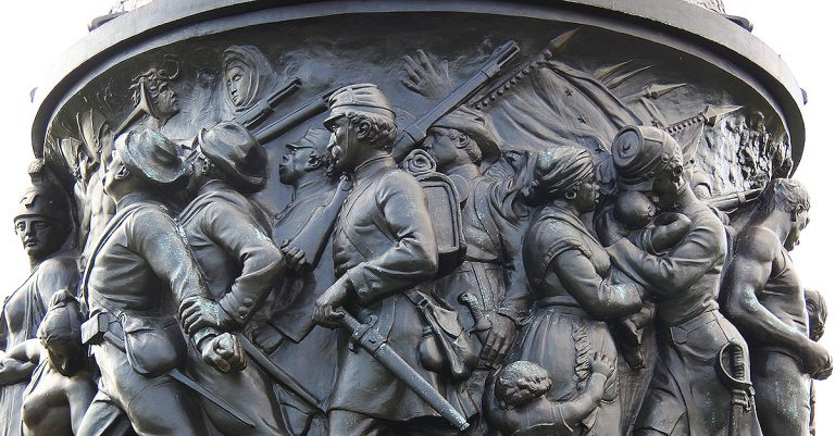 "<p>Symbolbild (Arlington National Cemetery): Tim1965 via <a href=""https://commons.wikimedia.org/wiki/File:Confederate_Monument_-_E_frieze_-_Arlington_National_Cemetery_-_2011.JPG"">Wikimedia Commons</a> [<a href=""https://creativecommons.org/licenses/by-sa/3.0/deed.en"">CC BY-SA 3.0</a>] (Bild zugeschnitten)</p>"