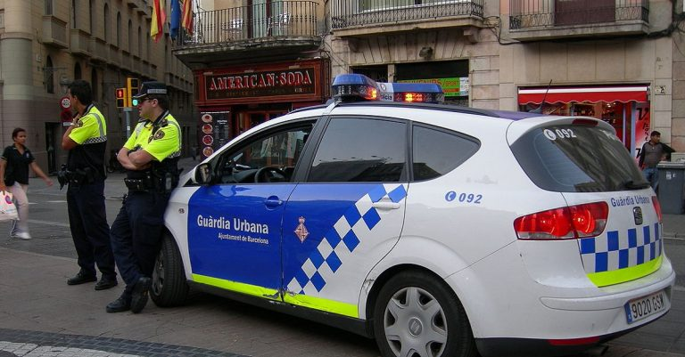 """<p>Symbolbild Polizei Barcelona: By Pinky sl [<a href=""""https://creativecommons.org/licenses/by-sa/3.0"""">CC BY-SA 3.0 </a> or <a href=""""http://www.gnu.org/copyleft/fdl.html"""">GFDL</a>], <a href=""""https://commons.wikimedia.org/wiki/File:GuardiaUrbanaBarcelona.JPG"""">from Wikimedia Commons</a> [Bild zugeschnitten]</p>"""