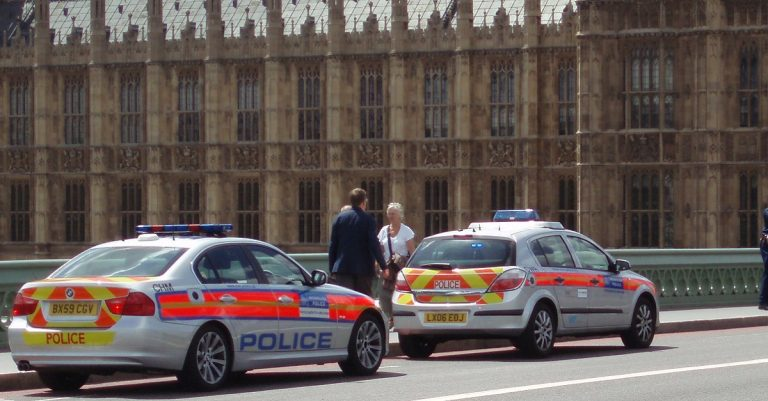 "<p>Symbolbild (Polizeiautos auf der Westminster Bridge): David Holt via <a href=""https://www.flickr.com/photos/zongo/4765286794/"">Flickr</a> [<a href=""https://creativecommons.org/licenses/by-sa/2.0/"">CC BY-SA 2.0</a>]</p>"