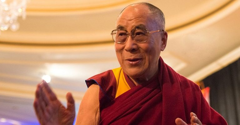 """<p>Dalai Lama: By Minette (Flickr: [1]) [<a href=""""https://creativecommons.org/licenses/by/2.0"""">CC BY 2.0 </a>], <a href=""""https://commons.wikimedia.org/wiki/File:His_Holiness_the_Dalai_Lama2014.jpg"""">via Wikimedia Commons</a> [Bild zugeschnitten]</p>"""