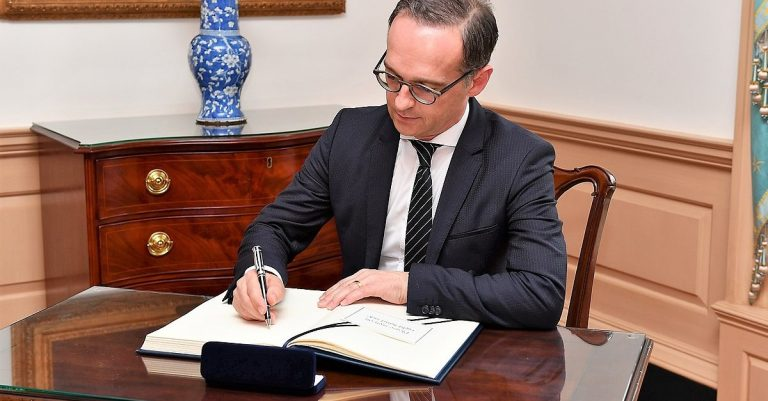 "<p>Bild: Heiko Maas / By U.S. Department of State (official Flickr account) (Flickr) [Public domain], <a href=""https://commons.wikimedia.org/wiki/File:Heiko_Maas_signs_Sec_Pompeo%27s_guestbook.jpg"">via Wikimedia Commons</a> (Bild zugeschnitten)</p>"