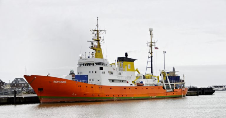 """<p>Symbolbild: Schiff einer Mittelmeer-NGO /<br /> Ra Boe / Wikipedia [<a href=""""https://creativecommons.org/licenses/by-sa/3.0/de/deed.en"""">CC BY-SA 3.0 de</a> or <a href=""""http://www.gnu.org/licenses/gpl.html"""">GPL</a>], <a href=""""https://commons.wikimedia.org/wiki/File:Aquarius_(alt_Meerkatze)_(Ship)_02_by-RaBoe_2012.jpg"""">from Wikimedia Commons</a> (Bild zugeschnitten) </p>"""