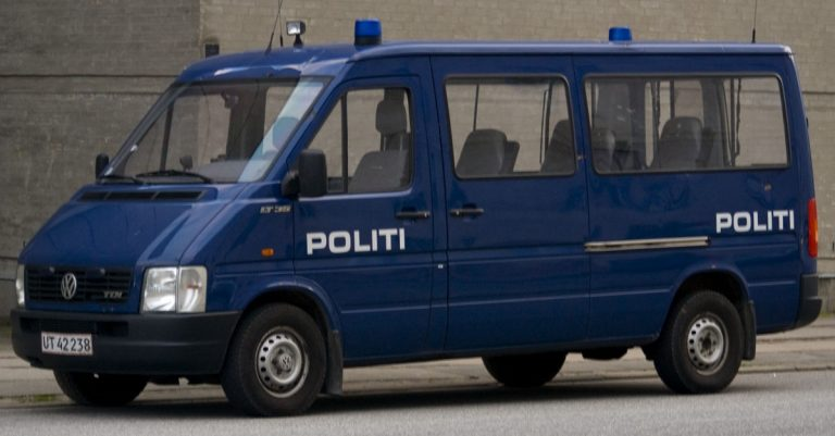 """<p>Symbolbild (Dänisches Polizeiauto): User Heb via <a href=""""https://commons.wikimedia.org/wiki/File:DK-POL-VW-LT35.jpg"""">Wikimedia Commons</a> [<a href=""""https://creativecommons.org/licenses/by-sa/2.5/deed.en"""">CC BY-SA 2.5</a>] (Bild zugeschnitten)</p>"""