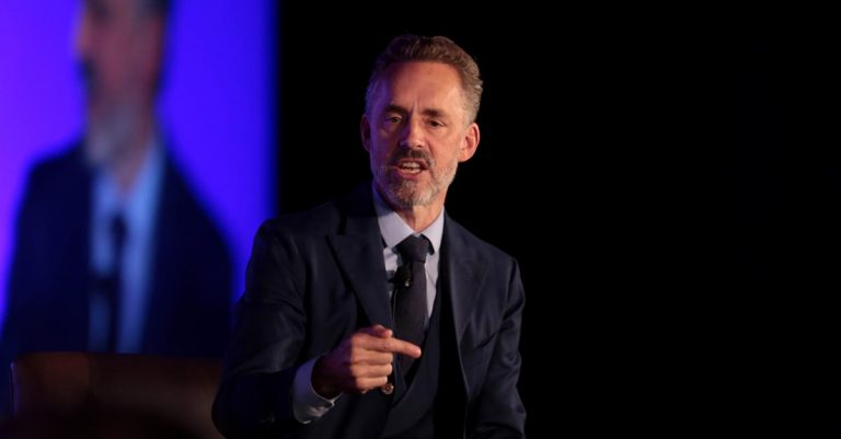 "<p>Jordan Peterson // Bild von <a href=""https://www.flickr.com/photos/gageskidmore/"">Gages Kidmore</a>// <a href=""https://creativecommons.org/licenses/by-sa/2.0"">CC BY-SA 2.0 </a></p>"