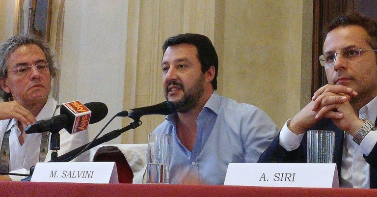 "<p>Symbolbild Matteo Salvini: By Fabio Visconti [<a href=""https://creativecommons.org/licenses/by-sa/3.0"">CC BY-SA 3.0 </a>], <a href=""https://commons.wikimedia.org/wiki/File:Convegno_%22Euro_o_Libert%C3%A0%3F%22_-_Milano,_4_luglio_2015_10.jpg"">from Wikimedia Commons</a> [Bild zugeschnitten]</p>"