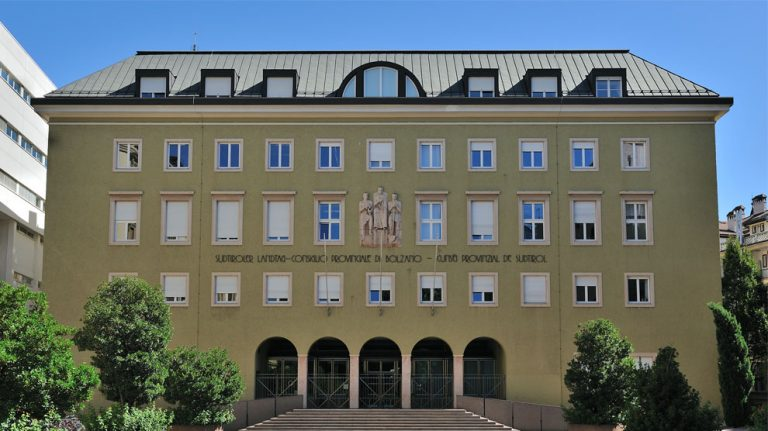 """<p>Symbolbild: Der Landtag in Südtirol // Foto von HaTe [<a href=""""https://creativecommons.org/licenses/by-sa/3.0"""">CC BY-SA 3.0 </a> or <a href=""""http://www.gnu.org/copyleft/fdl.html"""">GFDL</a>], <a href=""""https://commons.wikimedia.org/wiki/File:SuedtirolerLandtag.004533.png"""">from Wikimedia Commons</a></p>"""