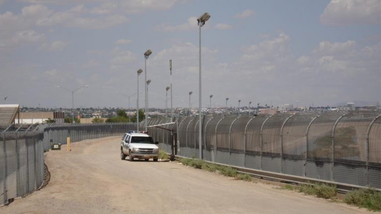 "<p>Symbolbild: Die US-Amerikanische Grenze zu Mexiko // By Office of Representative Phil Gingrey [Public domain], <a href=""https://commons.wikimedia.org/wiki/File:US-Mexico_border_fence.jpg"">via Wikimedia Commons</a></p>"