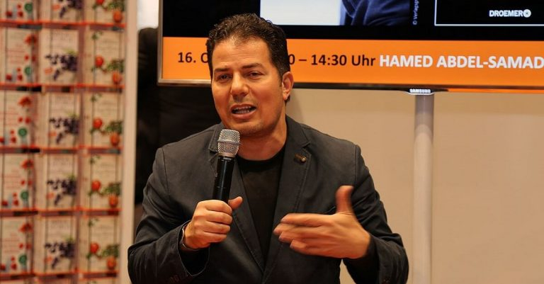 "<p>Bild (Abdel-Samad 2015): JCS via <a href=""https://commons.wikimedia.org/wiki/File:Frankfurter_Buchmesse_2015_-_Hamed_Abdel-Samad_4.JPG"">Wikimedia Commons</a> [<a href=""https://creativecommons.org/licenses/by-sa/3.0/"">CC BY-SA 3.0</a>] (Bild zugeschnitten)</p>"