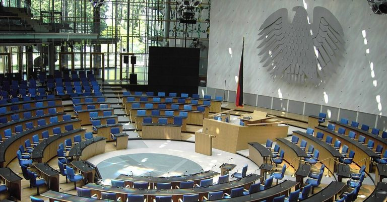 "<p>Symbolbild Bundestag: Qualle [<a href=""http://www.gnu.org/copyleft/fdl.html"">GFDL</a> oder <a href=""http://creativecommons.org/licenses/by-sa/3.0/"">CC-BY-SA-3.0</a>], <a href=""https://commons.wikimedia.org/wiki/File:Bonn_Bundestag_Plenarsaal1.jpg"">von Wikimedia Commons</a> [Bild zugeschnitten]</p>"