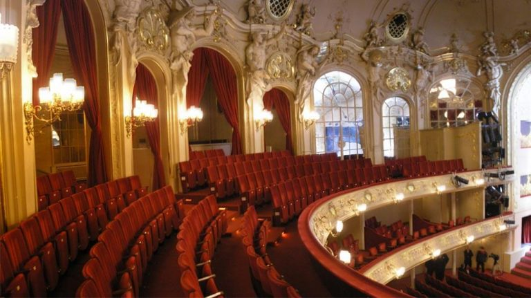 "<p>Symbolbild: Berliner Oper // Foto von Gryffindor, This  panoramic image was created with Autostitch (stitched images may differ from reality). [Public domain], <a href=""https://commons.wikimedia.org/wiki/File:Komische_Oper_Berlin_interior_Oct_2007_Balkon.jpg"">from Wikimedia Commons</a></p>"