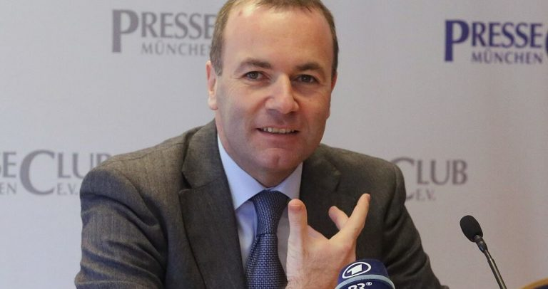 "<p>Bild (Manfred Weber 2016):  Michael Lucan via <a href=""https://commons.wikimedia.org/wiki/File:2016-01-22_Manfred_Weber_110.JPG"">Wikimedia Commons</a> [<a href=""https://creativecommons.org/licenses/by-sa/3.0/de/legalcode"">CC BY-SA 3.0</a>] (Bild zugeschnitten)</p>"
