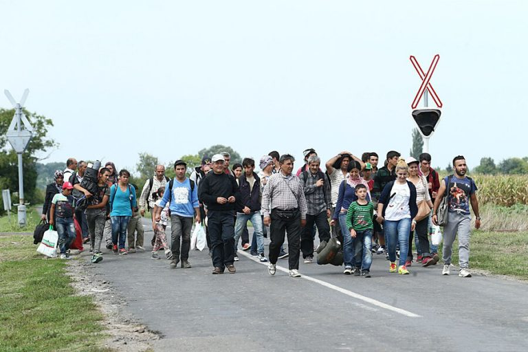 "<p>Symbolbild: Migranten im Jahr 2015 // Foto von Gémes Sándor/SzomSzed [<a href=""https://creativecommons.org/licenses/by-sa/3.0"">CC BY-SA 3.0</a>], <a href=""https://commons.wikimedia.org/wiki/File:Migrants_in_Hungary_2015_Aug_007.jpg"">via Wikimedia Commons</a></p>"