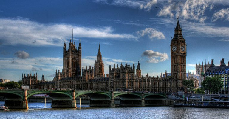 """<p>Bild: Westminster Palast und britisches Parlament / Graeme Maclean [<a href=""""https://creativecommons.org/licenses/by/2.0"""">CC BY 2.0</a>], <a href=""""https://commons.wikimedia.org/wiki/File:Hdr_parliament.jpg"""">via Wikimedia Commons</a> (Bild zugeschnitten)</p>"""