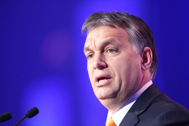 """<p>Bild: Viktor Orban / European People&#039;s Party [<a href=""""https://creativecommons.org/licenses/by/2.0"""">CC BY 2.0</a>], <a href=""""https://commons.wikimedia.org/wiki/File:Viktor_Orb%C3%A1n_(13581867193).jpg"""">via Wikimedia Commons</a> (Bild zugeschnitten)</p>"""