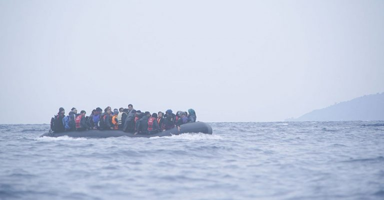 "<p>Symbolbild: Migranten im Mittelmeer / Mstyslav Chernov/Unframe [<a href=""https://creativecommons.org/licenses/by-sa/4.0"">CC BY-SA 4.0</a>], <a href=""https://commons.wikimedia.org/wiki/File:Refugees_on_a_boat_crossing_the_Mediterranean_sea,_heading_from_Turkish_coast_to_the_northeastern_Greek_island_of_Lesbos,_29_January_2016.jpg"">via Wikimedia Commons</a> (Bild zugeschnitten)</p>"