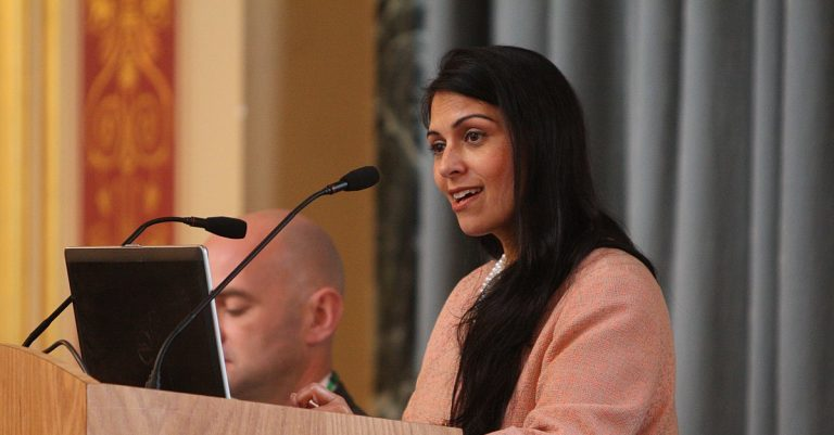 """<p>Bild: Die britische Innenministerin Priti Patel / Foreign and Commonwealth Office [<a href=""""https://creativecommons.org/licenses/by/2.0"""">CC BY 2.0</a>], <a href=""""https://commons.wikimedia.org/wiki/File:Minister_for_Employment_and_UK_Indian_Diaspora_Champion_(19459927293).jpg"""">via Wikimedia Commons</a> (Bild zugeschnitten)</p>"""