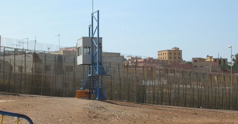 "<p>Bild: Grenzzaun in Melilla / Acad Ronin [<a href=""https://creativecommons.org/licenses/by-sa/3.0"">CC BY-SA 3.0</a>], <a href=""https://commons.wikimedia.org/wiki/File:Melilla_border_fence_with_guardpost.jpg"">via Wikimedia Commons</a> (Bild zugeschnitten)</p>"
