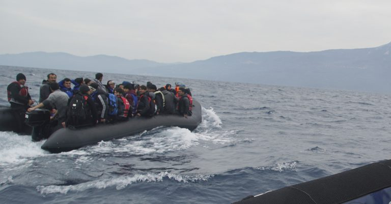 """<p>Symbolbild: Migranten auf einem Schlauchboot / Mstyslav Chernov/Unframe [<a href=""""https://creativecommons.org/licenses/by-sa/4.0"""">CC BY-SA 4.0</a>], <a href=""""https://commons.wikimedia.org/wiki/File:Refugees_crossing_the_Mediterranean_sea_on_a_boat,_heading_from_Turkish_coast_to_the_northeastern_Greek_island_of_Lesbos,_29_January_2016.jpg"""">via Wikimedia Commons</a> (Bild zugeschnitten)</p>"""