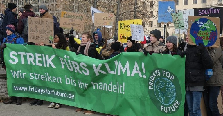 """<p>Symbolbild (Klimademo &#8218;Fridays for Future&#8216;, Januar 2019 in Berlin): Frida Eddy Prober  and C.Suthorn via <a href=""""https://commons.wikimedia.org/wiki/File:Streik_fürs_Klima!_Fridays_for_Future,_Berlin,_25.01.2019_(cropped).jpg"""">Wikimedia Commons</a> [<a href=""""https://creativecommons.org/licenses/by-sa/4.0/legalcode"""">CC BY-SA 4.0</a>] (Bild zugeschnitten)</p>"""