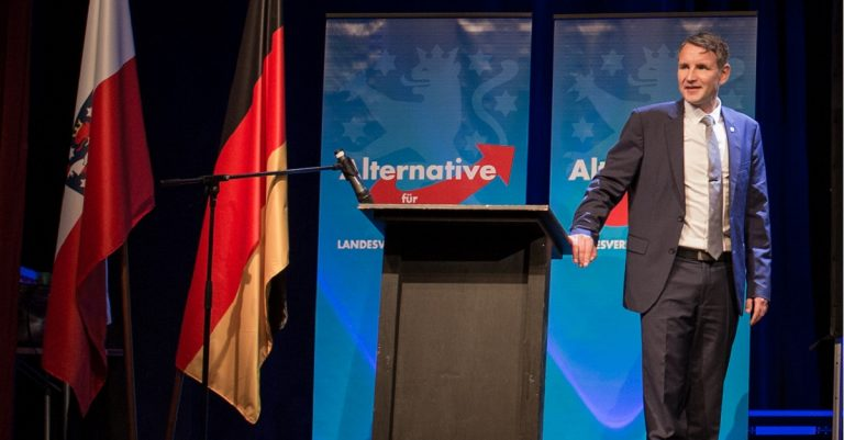 "<p>Bild (Björn Höcke bei der AfD-Wahlparty 2017): Vincent Eisfeld via <a href=""https://commons.wikimedia.org/wiki/File:AfD-Wahlparty_in_Erfurt_zur_Bundestagswahl_2017_-_1.jpg"">Wikimedia Commons</a> [<a href=""https://creativecommons.org/licenses/by-sa/4.0/deed.en"">CC BY-SA 4.0</a>] (Bildausschnitt)</p>"