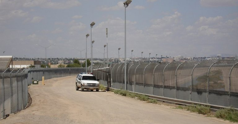 "<p>Symbolbild: Office of Representative Phil Gingrey [Public domain], <a href=""https://commons.wikimedia.org/wiki/File:US-Mexico_border_fence.jpg"">via Wikimedia Commons</a> [Bild zugeschnitten]</p>"