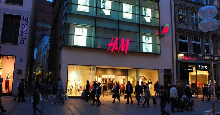 "<p>Symbolbild (H&#038;M-Filiale in der Kaufingerstraße in München): Usien via <a href=""https://commons.wikimedia.org/wiki/File:H_und_M_in_der_Kaufingerstrasse_Muenchen.JPG"">Wikimedia Commons</a> [<a href=""https://creativecommons.org/licenses/by-sa/3.0/deed.en"">CC BY-SA 3.0</a>} (Bild zugeschnitten)</p>"