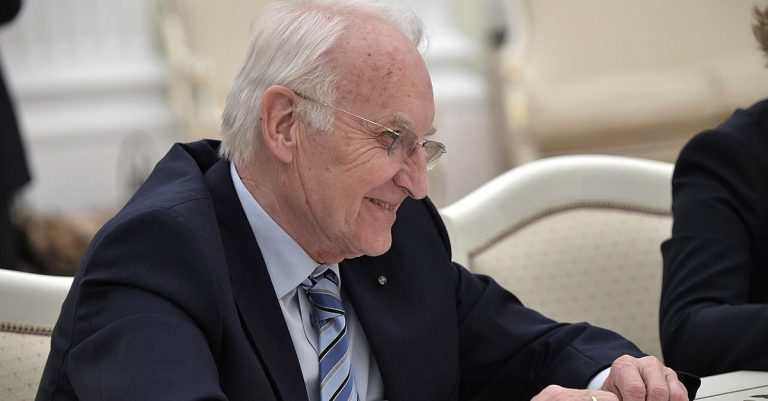 """<p>Bild (Stoiber 2017): The Russian Presidential Press and Information Office via <a href=""""https://commons.wikimedia.org/wiki/File:Formed_Minister-President_of_Bavaria_Edmund_Stoiber.jpg"""">Wikimedia Commons</a> [<a href=""""https://creativecommons.org/licenses/by/4.0/deed.en"""">CC BY 4.0</a>] (Bild zugeschnitten)</p>"""