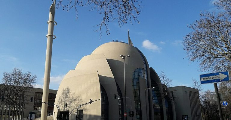 "<p>Symbolbild: DITIB-Zentralmoschee in Köln: <a href=""https://commons.wikimedia.org/wiki/File:DITIB-Zentralmoschee_K%C3%B6ln_in_Deutschland.jpg"" title=""via Wikimedia Commons"">مؤيد أبو عواد</a> / <a href=""https://creativecommons.org/licenses/by-sa/4.0"">CC BY-SA</a> (Bild zugeschnitten)</p>"
