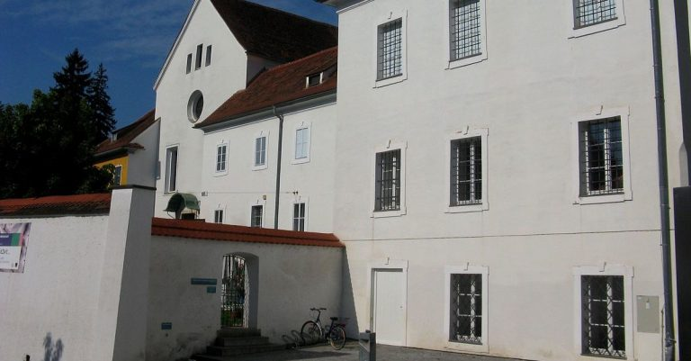 "<p>Bild: Grazer Volkskundemuseum in der Paulustorgasse / <a href=""https://commons.wikimedia.org/wiki/File:Graz-Paulustorgasse-Volkskundemuseum.JPG"" title=""via Wikimedia Commons"">Andi oisn (Diskussion)</a> / <a href=""https://creativecommons.org/licenses/by-sa/3.0/at/deed.en"">CC BY-SA 3.0 AT</a> (Bild zugeschnitten)</p>"