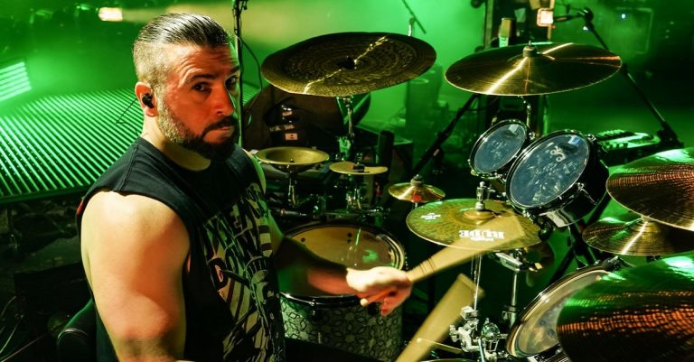 """<p><a href=""""https://commons.wikimedia.org/wiki/File:John_dolmayan.jpg"""" title=""""via Wikimedia Commons"""">Maron.Ibrahim</a> / <a href=""""https://creativecommons.org/licenses/by-sa/4.0"""">CC BY-SA</a> [Bild zugeschnitten]</p>"""