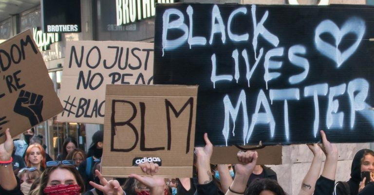 "<p>Bild: &#8222;Black Lives Matter&#8220;-Protest in Stockholm / Bild: <a href=""https://commons.wikimedia.org/wiki/File:Black_Lives_Matter_in_Stockholm_2020.jpg"">Frankie Fouganthin</a>, <a href=""https://creativecommons.org/licenses/by-sa/4.0"">CC BY-SA 4.0</a>, via Wikimedia Commons (Bild zugeschnitten)</p>"