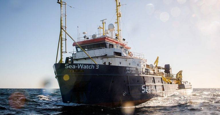 "<p>Bild: Sea-Watch 3 im Mittelmeer / Bild: <a href=""https://commons.wikimedia.org/wiki/File:4_grodotzki_seawatch3_20181219_3388.jpg"">Chris Grodotzki / Sea-Watch.org</a>, <a href=""https://creativecommons.org/licenses/by-sa/4.0"">CC BY-SA 4.0</a>, via Wikimedia Commons (Bild zugeschnitten)</p>"
