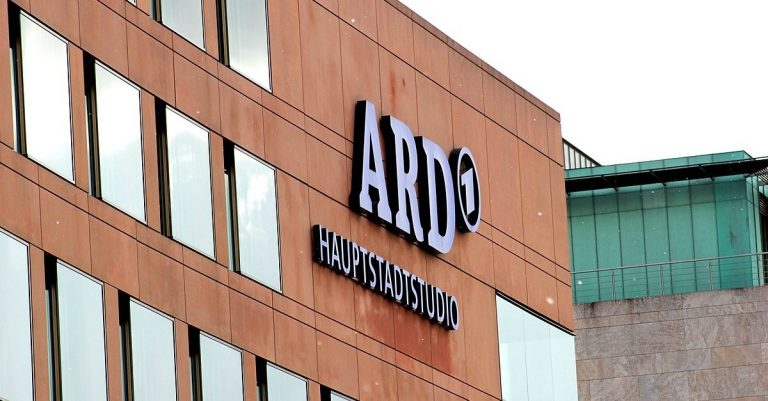 """<p><a href=""""https://commons.wikimedia.org/wiki/File:ARD_-_Hauptstadtstudio_in_Berlin.jpg"""">Asif Masimov</a>, <a href=""""https://creativecommons.org/licenses/by-sa/4.0"""">CC BY-SA 4.0</a>, via Wikimedia Commons [Bild zugeschnitten]</p>"""